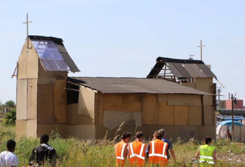 Une église dans le camp (capture Flandres Terre solidaire)