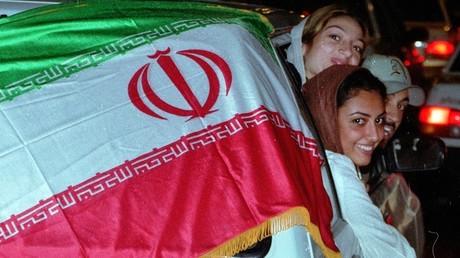 Jeunes gens dans les rues de Téhéran