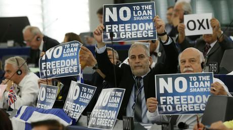 Les membres du Parlement tiennet des pancartes