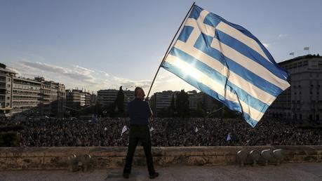 Un manifestant brandit le drapeau national grec