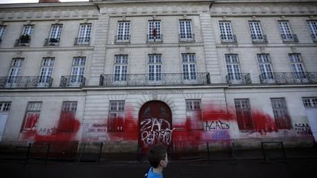La façade du tribunal administratif de Nantes recouverte par les grafitis des zadistes en 2014