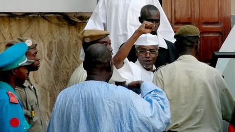 Hissène Habré quittant la Cour de Dakar, lors de sa première comparution