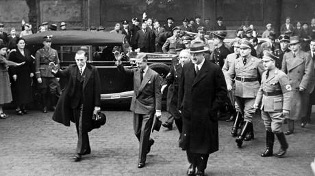 Nouveau scandale : le Roi Edouard VIII d'Angleterre faisant un salut Nazi, en Allemagne