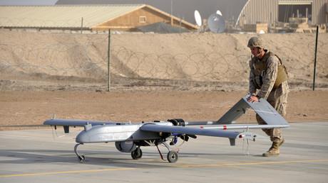 Un Marine de l'armée américaine manipule un drone de guerre depuis Camp Leatherneck, en Afghanistan.