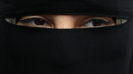 Une femme portant le voile intégral