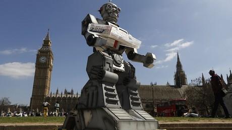 Un robot lors d'une manifestation contre les robots tueurs à Londres en 2013