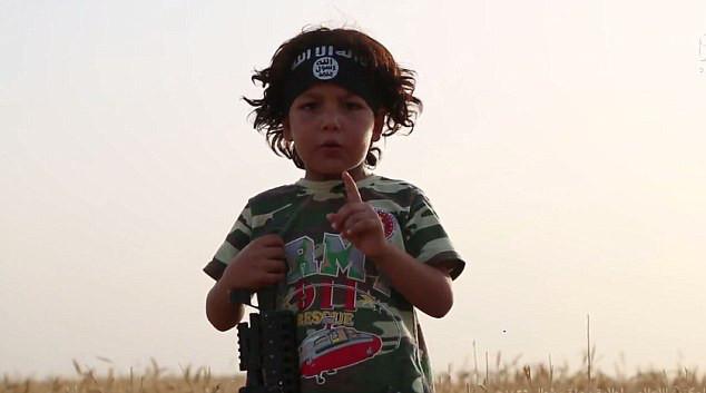 Le petit Hamo, quatre ans, a été endoctriné par les combatants Daesh qui ont voulu lui enseigner la haine de son propre peuple.