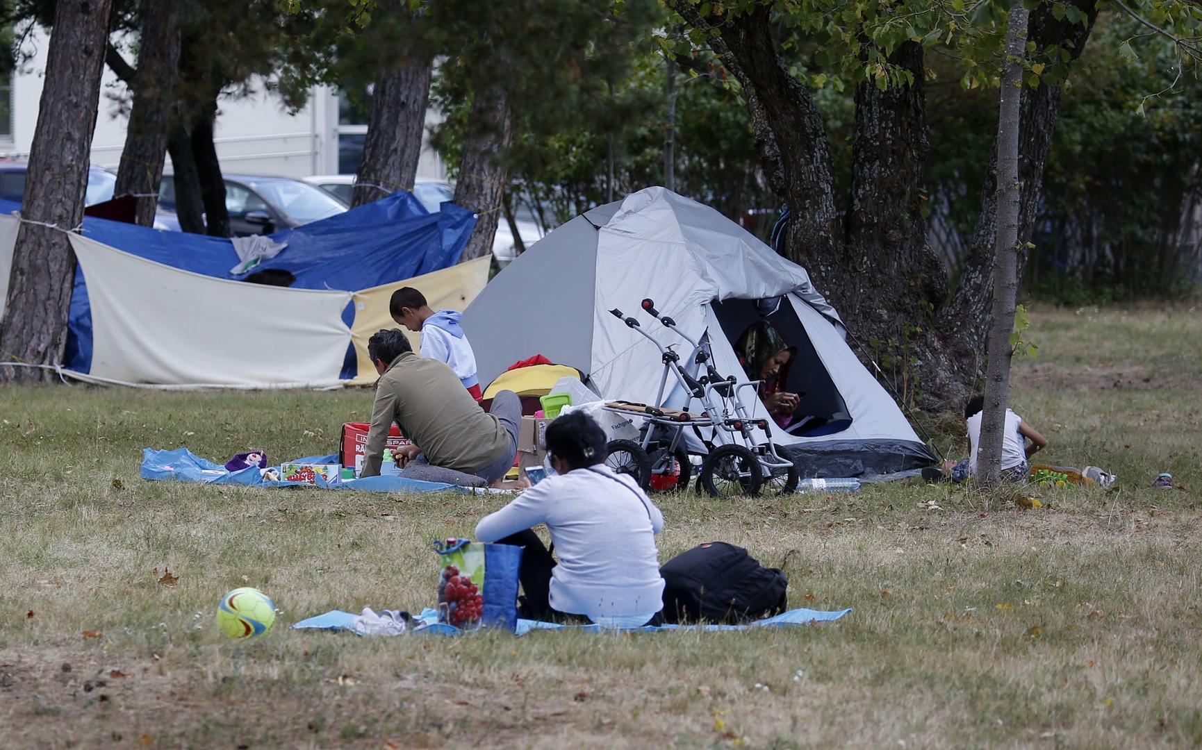 Le centre de Traiskirchen incapable d'accueillir tous les migrants, les demandeurs d'asile s'installent dans les rues de cette petite commune autrichienne