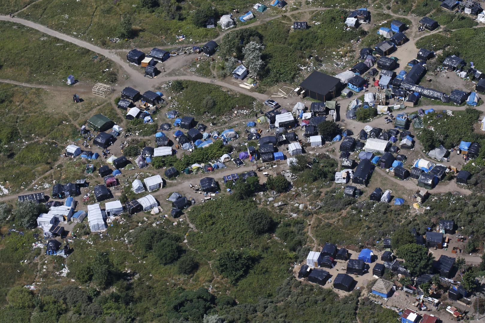 Le camp où vivent entre 2500 et 3000 personnes, essaie tant bien que mal de s'organiser. Cette ville autogérée pose la question de la pérennisation d'une situation pourtant difficile à vivre pour les migrants.