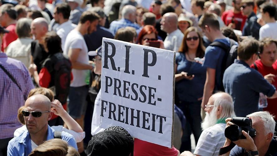 La manifestation contre les accusations portées contre les deux journalistes