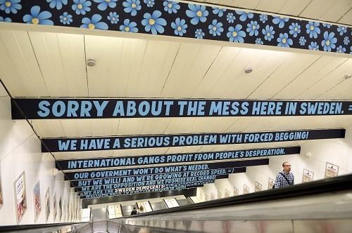 Les voyageurs du métro de Stockholm sont invités à lire ce message pendant qu'ils prennent l'escalator.