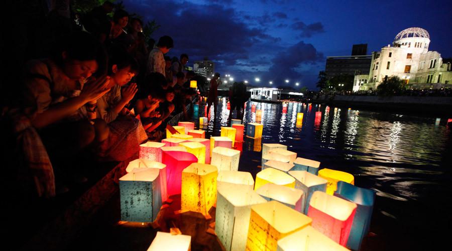 Des habitants prient pour ceux qui ont péri à la suite des bombardements nucléaires de Hiroshima