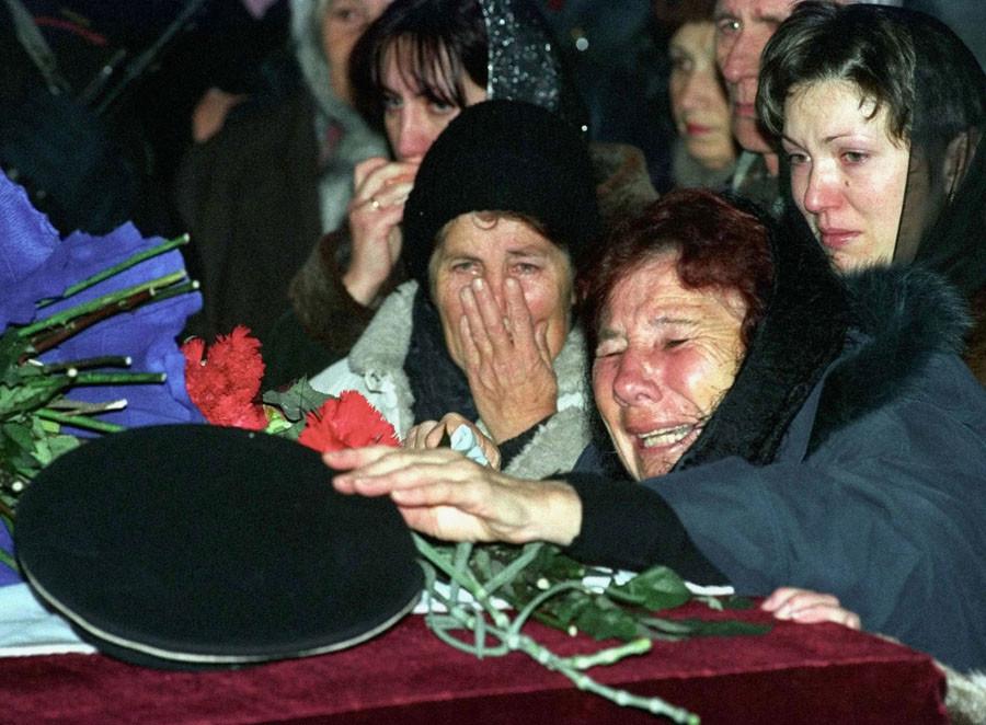 La mère d'un officier de la marine, le capitaine Andrei Silogav, lors des funérailles organisées à Sébastopol, le 19 décembre 2001