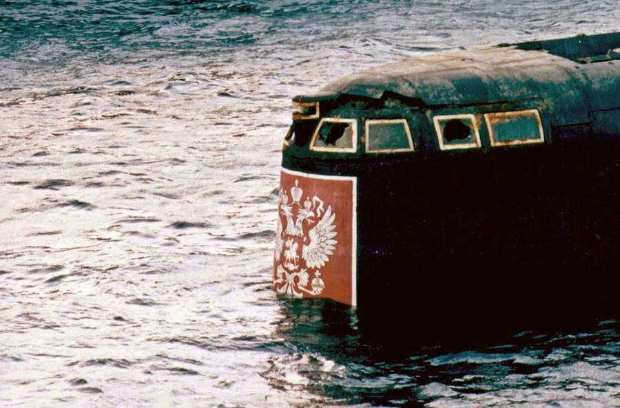 La tourelle de commandement du Koursk dans le port de Rosliakovo, près de Mourmansk, le 23 octobre 2001