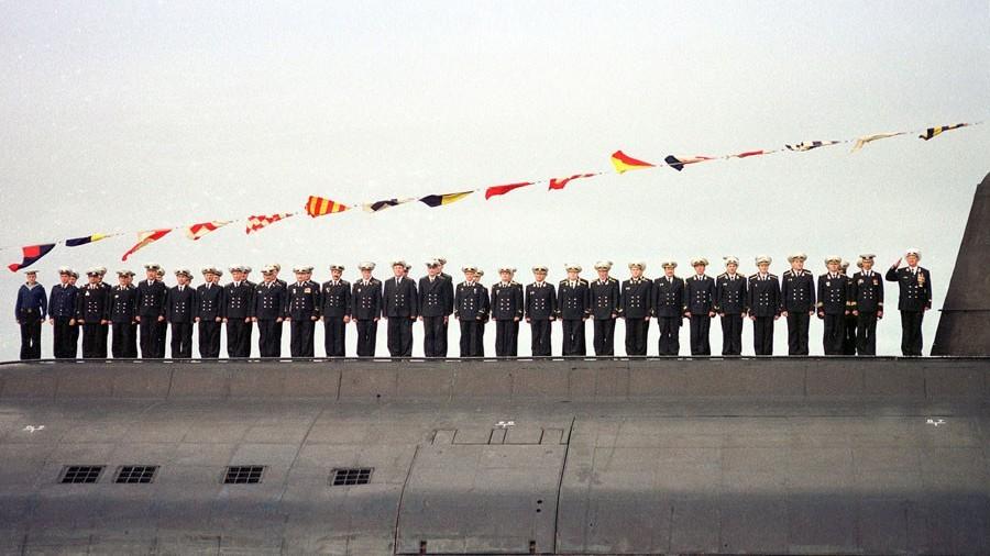 L'équipage du Koursk, sous-marin nucléaire russe, sous le commandement du capitaine Guennadi Liatchine lors d'une parade navale à Severomorsk, le 30 juillet 2000