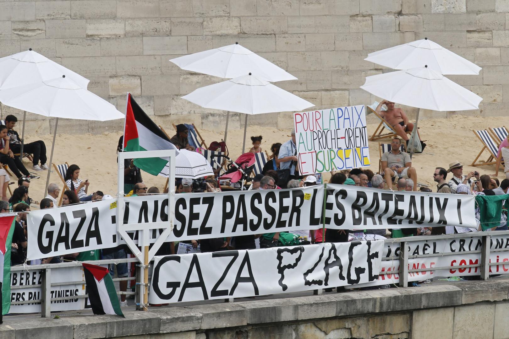 «Gaza: Laissez passer les bateaux», peut-on lire sur des pancartes des membres de l'association Euro Palestine