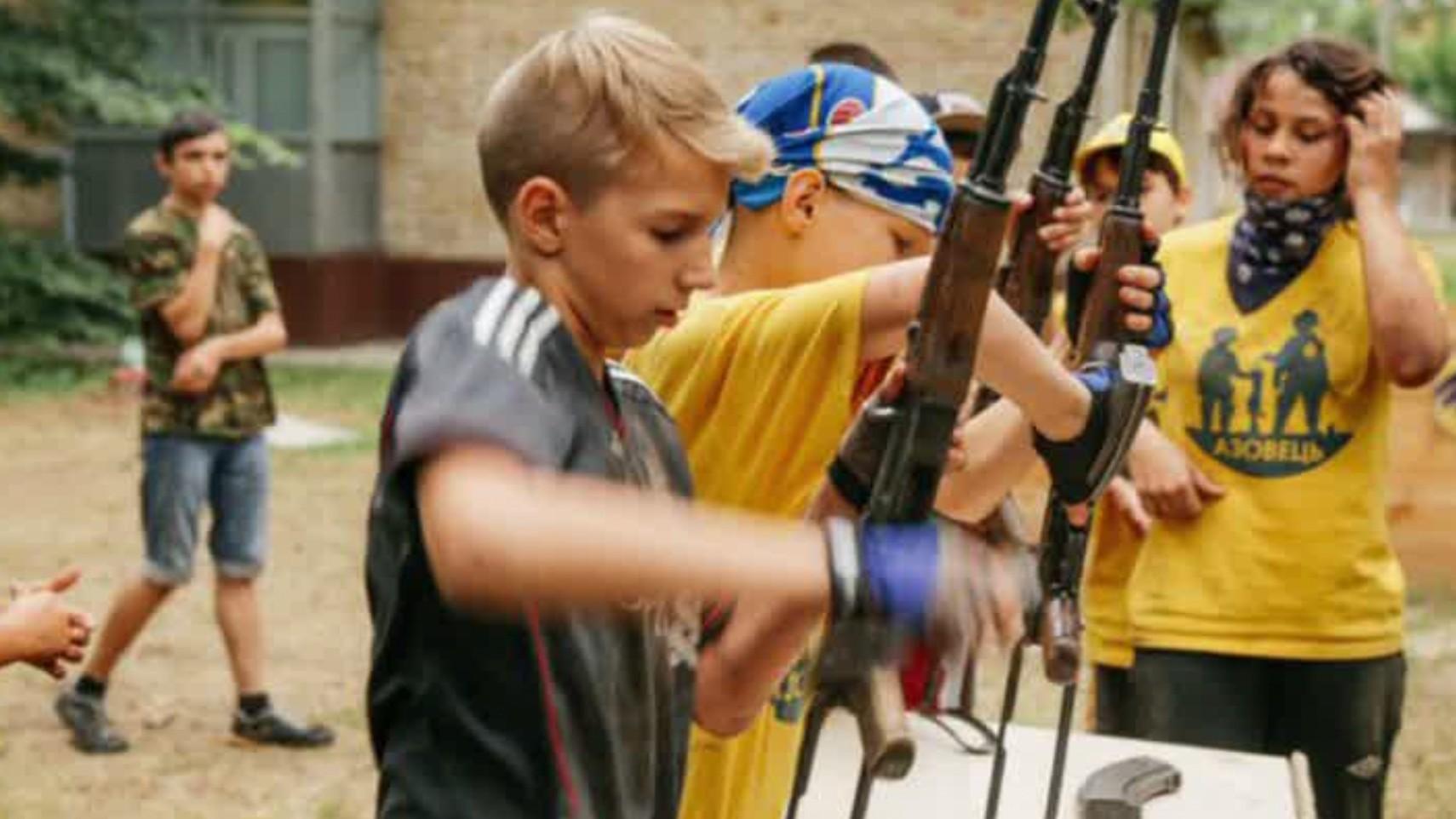 Ukraine : le bataillon néonazi Azov forme désormais des