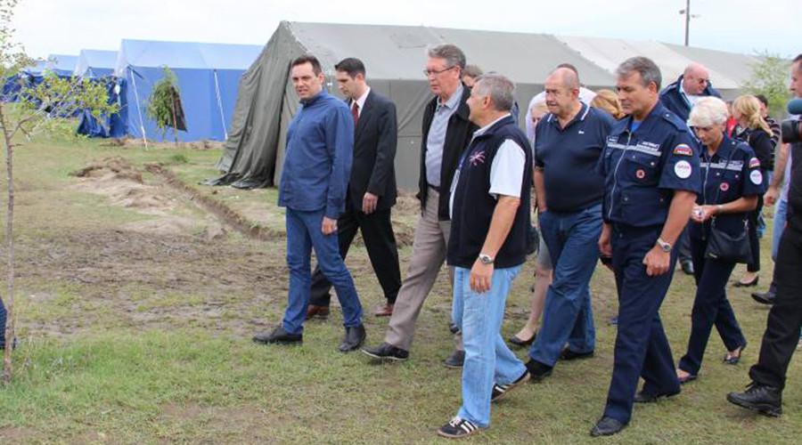 La délégation russo-serbe accompagnée par le représentant de l'ONU