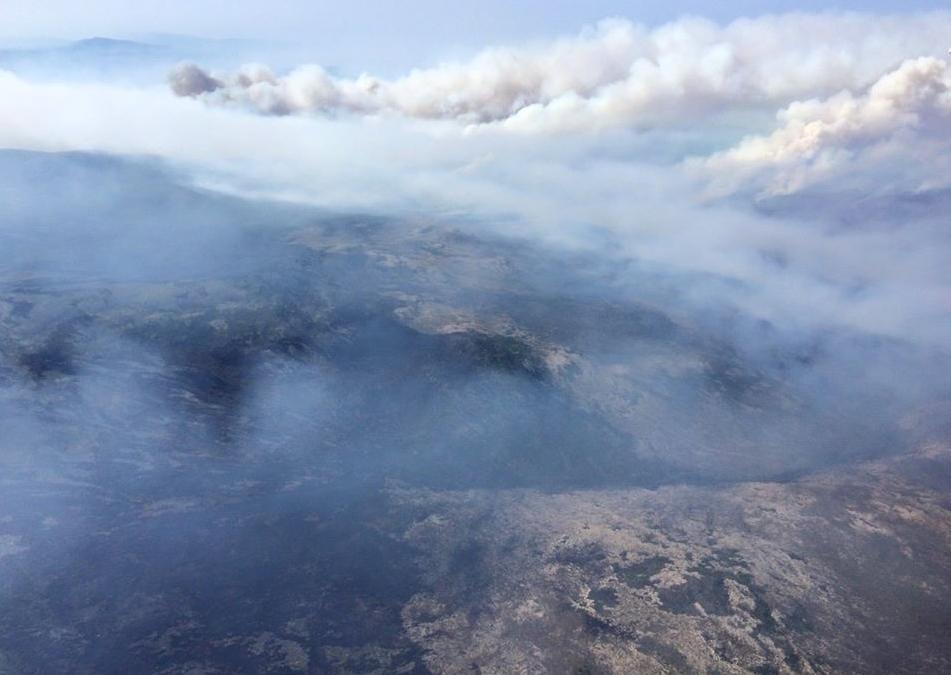 Nuages de fumée au-dessus du lac Baïkal, provoqués par des feux de forêts