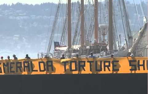 Des chiliens ont manifesté devant le navire pour protester contre sa présence banalisée au festival de Greenwich.
