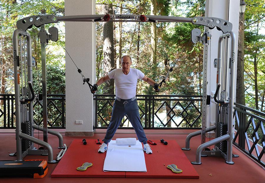 Un esprit sain dans un corps sain : Poutine et Medvedev poussent de la fonte (VIDEO)