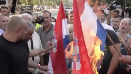 Les radicaux serbes brûlent le drapeau croate