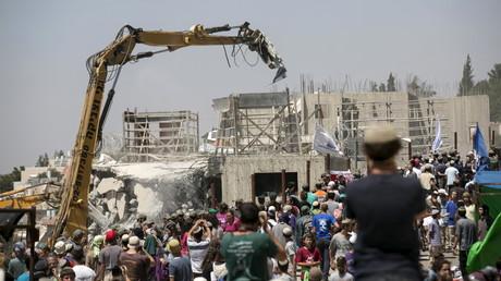 Des bulldozers détruisent des habitations palestiniennes en Cisjordanie pour permettre l'arrivée de nouveaux colons israéliens.