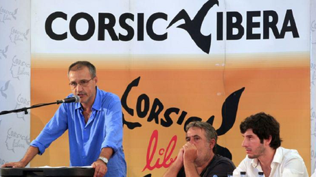 Jean-Guy Talamoni (à la tribune), le dirigeant de Corsica Libera, Corte, 9 août (capture site)