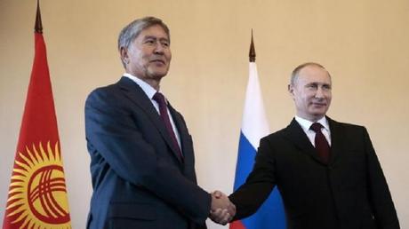 Le président russe Vladimir Poutine et son homologue kirghize, Almazbek Atambaïev.
