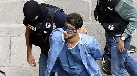 Ayoub El Khazzani, accompagné par les policiers