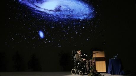 Stephen Hawking développe une théorie des trous noirs, passage vers d'autres univers