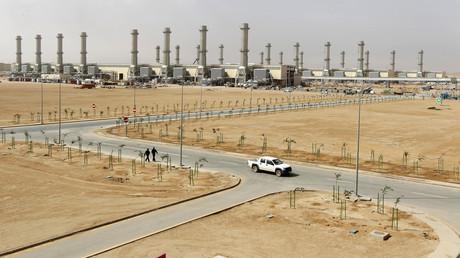 Une voiture passe devant des gisements de pétrole, au Sud de Riyad.