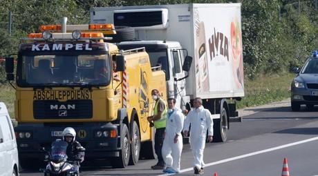 La police scientifique analyse le camion abandonné le long de l'autoroute avec des dizaines de migrants morts à l'intérieur