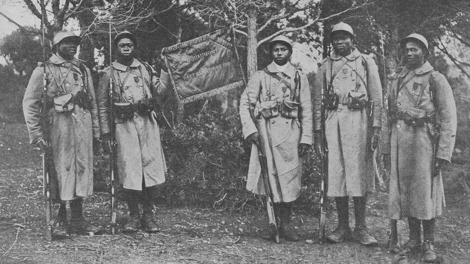 Fanion du 43e bataillon de tirailleurs sénégalais portant l'inscription Douaumont 1916