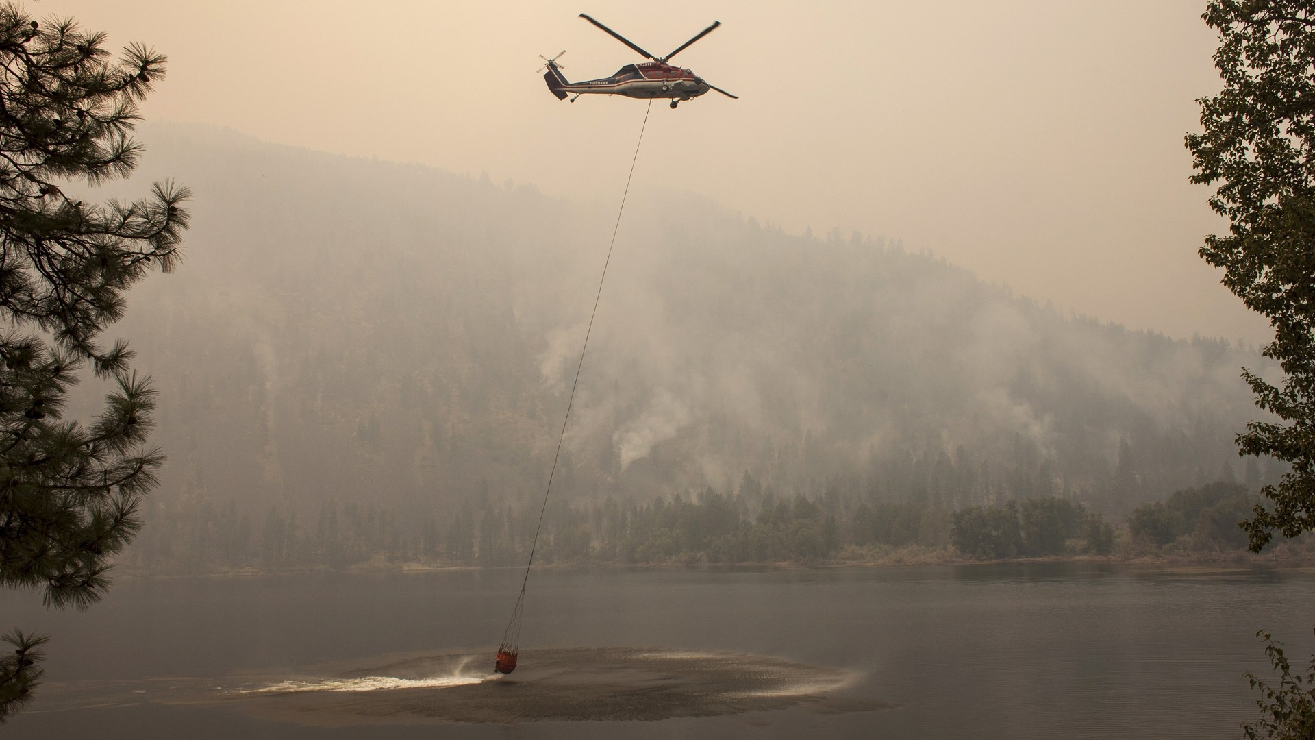 Un hélicoptère vient charger de l'eau du lac Bleu dans l'Etat de Washington