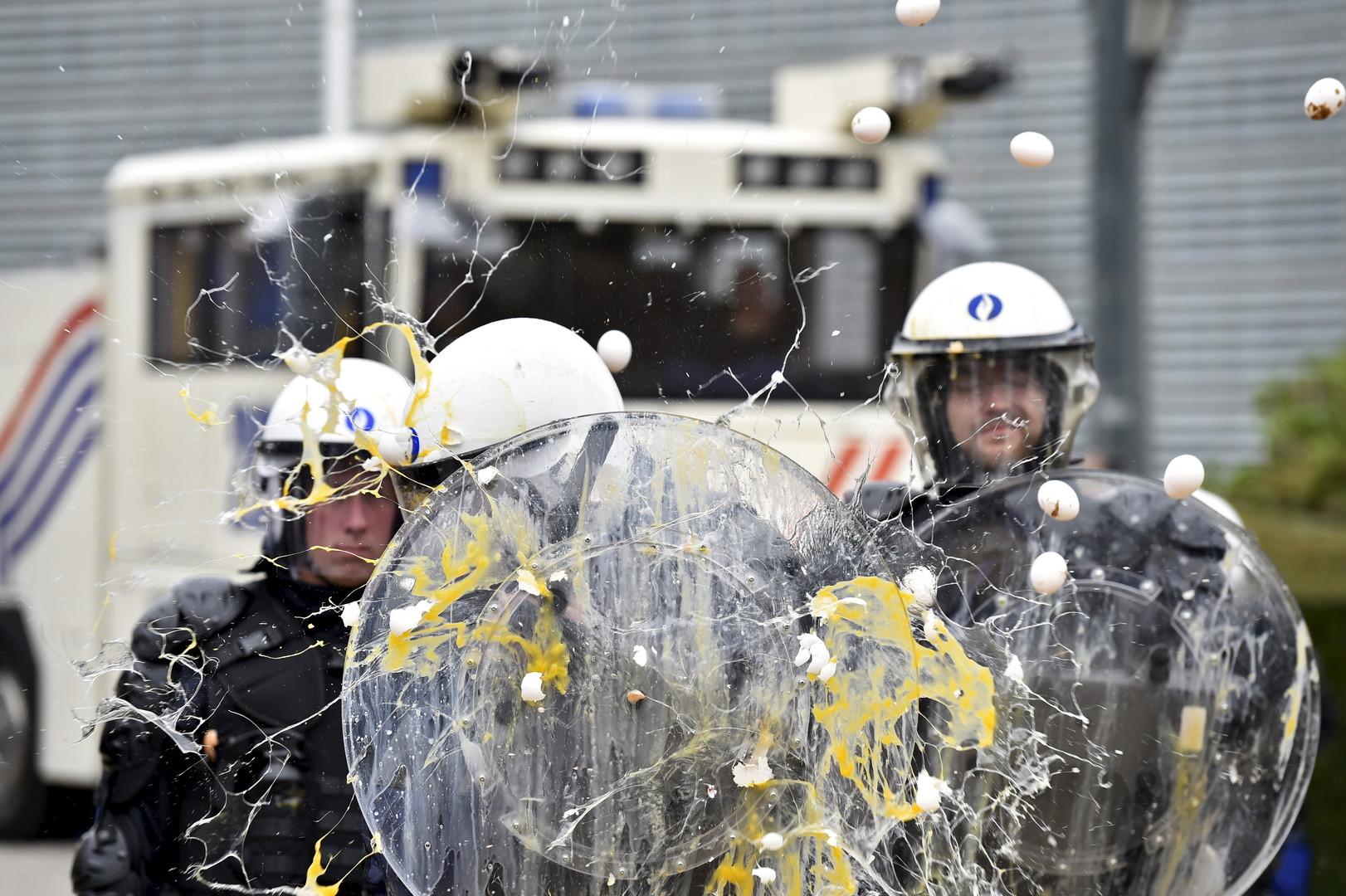 Foin en feu et tracteurs béliers : heurts entre la police et les agriculteurs à Bruxelles (VIDEO)
