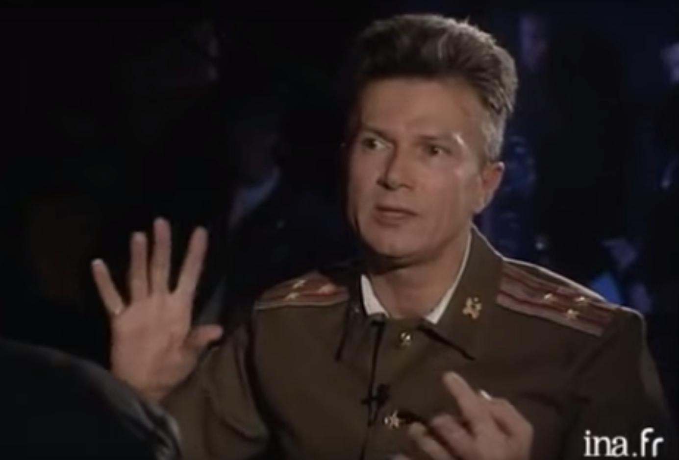 Edouard Limonov déguisé en soldat soviétique lors d'une interview à la télévision française en 1989