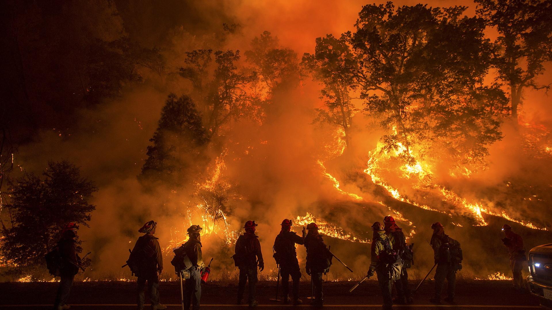 De grands incendies de forêt en Californie ont tué une personne alors que les pompiers ont bien du mal à lutter contre le feu qui gagne du terrain. Les photos montrent des forêts en feu et des maisons complètement détruites par le feu dévastateur.