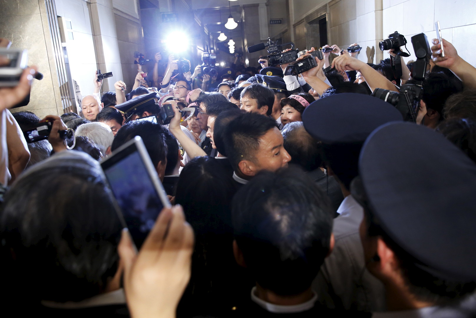 Echauffourées dans le Parlement japonais suite à l'approbation de lois militaires controversées