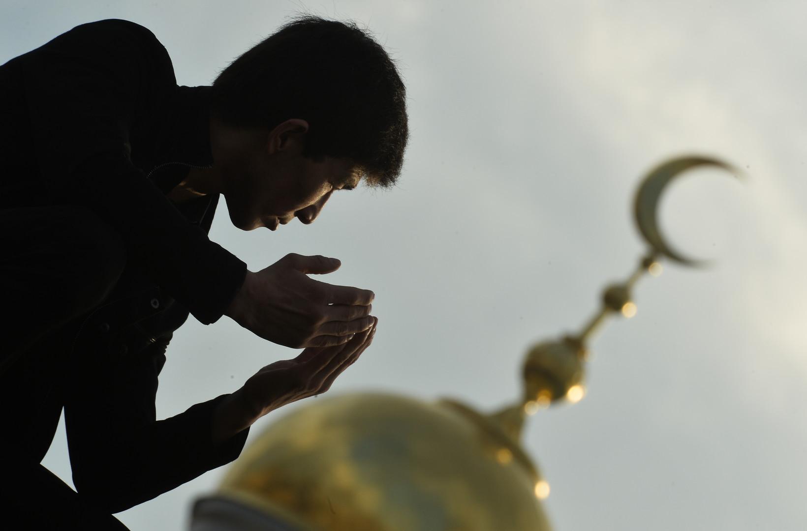 Un jeune musulman devant la grande mosquée de Moscou