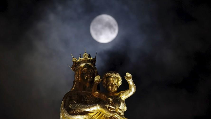 La Super Lune se lève au-dessus de la cathédrale Notre-Dame de la Garde à Marseille