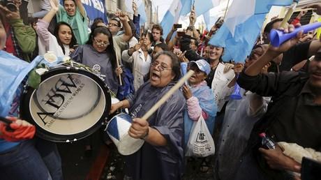 Les guatémaltèques sont descendus dans les rues pour crier leur joie à l'annonce de la décision du Parlement de mettre fin à l'immunité du président Pérez.