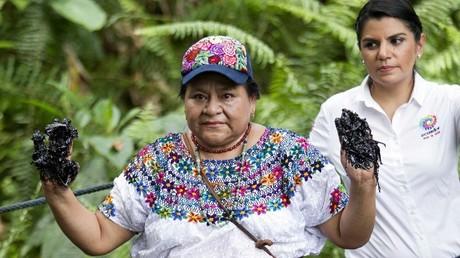 La prix Nobel de la Paix, Rigoberta Menchu, montre les dégâts occasionnés par les rejets de pétrole dans la forêt équatorienne