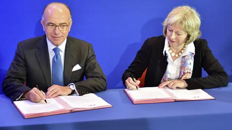 Les ministres de l'Intérieur britannique (Theresa May - D) et français (Bernard Cazeneuve - G)