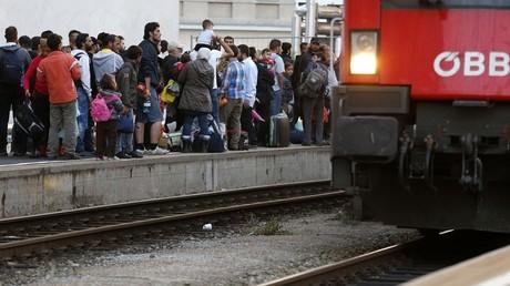 Des réfugiés en partance dans une gare autrichienne