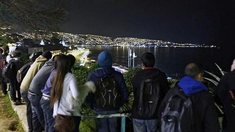 Des habitants rassemblés sur la colline de Cerro Baron  à Valparaiso après l'alerte au tsunami.