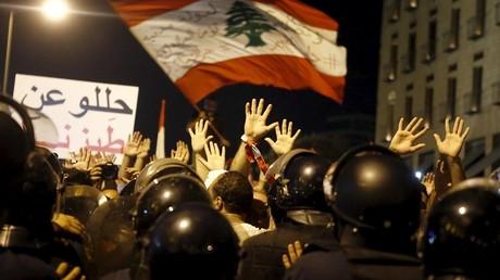 Les manifestatns lèvent les mains en signe de non violence
