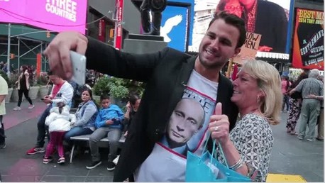 Des new-yorkais prennent des selfies avec un homme vêtu d'un t-shirt à l'effigie de Poutine (VIDEO)