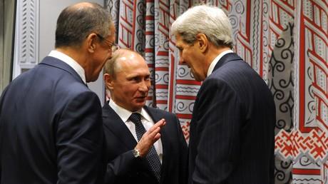 Le président russe Vladimir Poutine avec le ministre russe des Affaires étrangères Sergueï Lavrov et son homologue américain John Kerry
