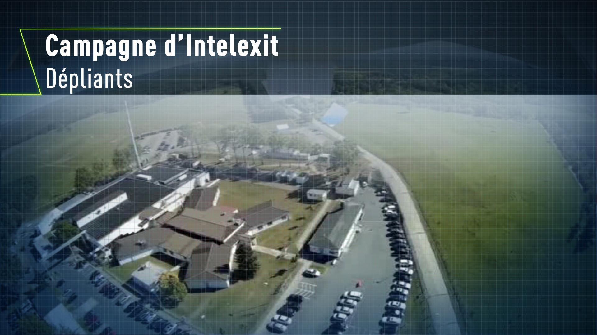 Un drone lâche des dépliants anti-espions au-dessus du bâtiment de la NSA en Allemagne